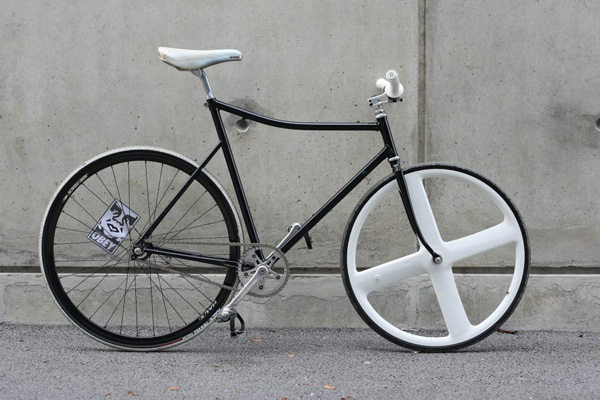 fixie noir cadre plongeant 